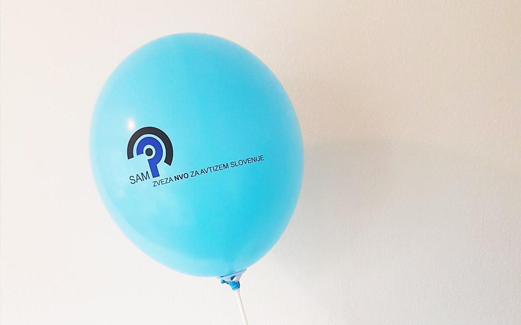 Modri SAM – sprehod z modrimi baloni