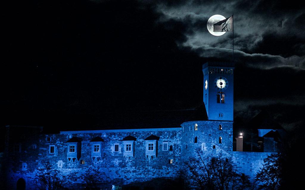 Tudi letos kar nekaj zgradb v Sloveniji obarvano v modro v podporo ozaveščanja ljudi o avtizmu